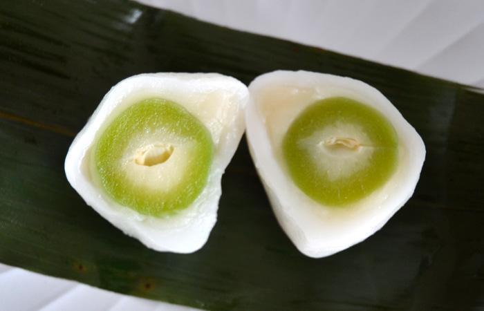 舌触りの良い柔らかお餅と、甘さを抑えた上品な白あん、みずみずしく爽やかな青桃が楽しめます!